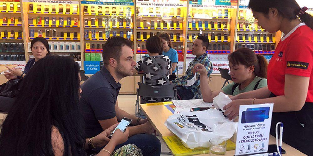 Thế Giới Di Động chính thức mở bán & giao Nova 3i cho hàng ngàn khách